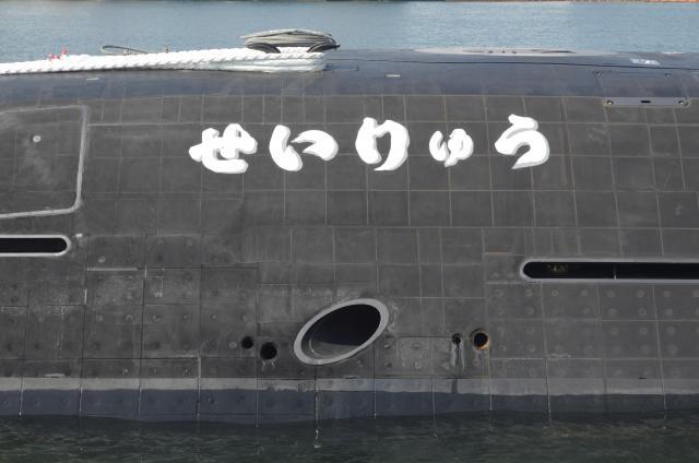「そうりゅう型」潜水艦の全体を覆う四角い無反響タイル。反射で位置を知ろうとする相手からの音波を吸い取る。一つ前の「おやしお型」ではタイルは艦橋にしかない=3月12日、神戸市兵庫区の三菱重工神戸造船所