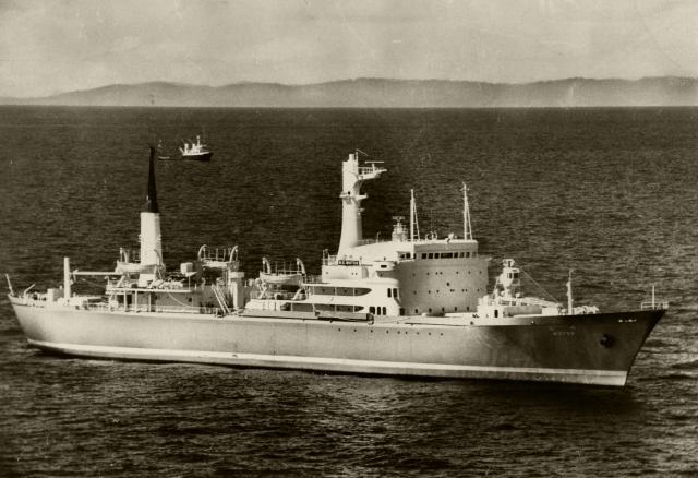 青森県・下北半島北端の尻屋崎沖約80km洋上で漂流する原子力船むつ。1974年9月2日に試験中に放射線漏れがあり、母港のむつ市に地元の反対などで戻れなくなっていた。後方は青森県上北郡六ケ所村付近=同年9月21日、青森県沖