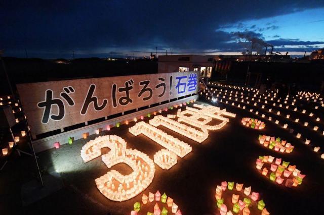 ろうそくの光で浮かび上がった「3.11追悼」の文字=2017年3月11日、宮城県石巻市南浜町、竹花徹朗撮影