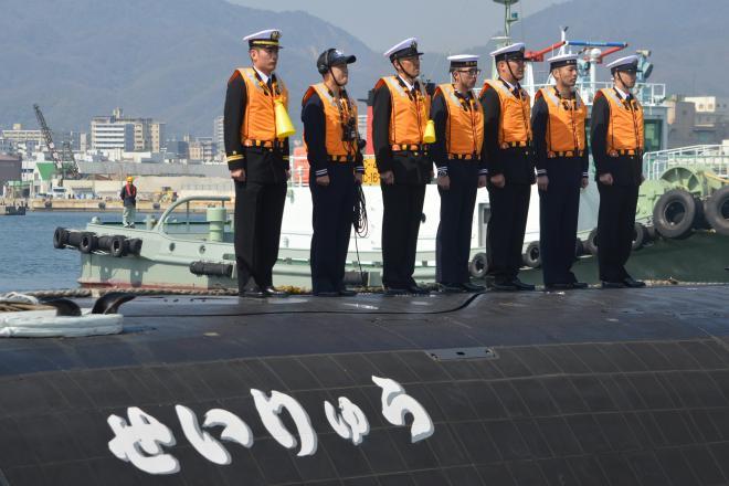海上自衛隊の最新鋭潜水艦「そうりゅう型」で「○○りゅう」と名がつく9番目として、三菱重工から引き渡された「せいりゅう」と乗組員。活動は極秘で、この艦名の塗装も敵の識別を助けないよう出港後に消される=3月12日、神戸市兵庫区の三菱重工神戸造船所