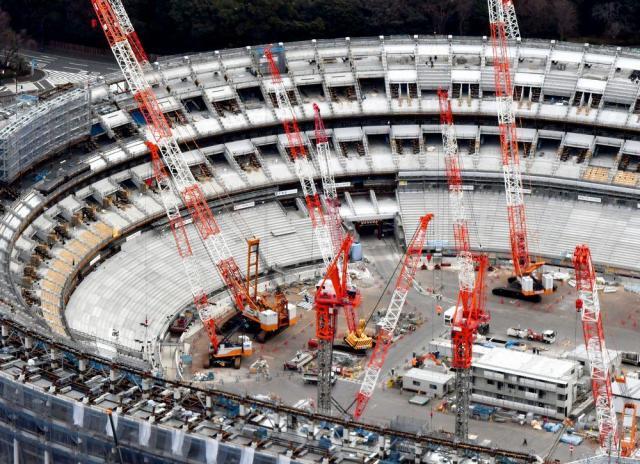 2019年11月の完成を目指し、建設が進む新国立競技場=2018年1月5日、東京都新宿区、本社ヘリから、仙波理撮影