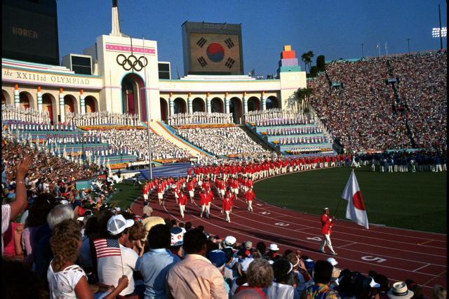ロサンゼルス五輪の開会式で、旗手の室伏選手を先頭に入場行進する日本選手団=1984年7月28日