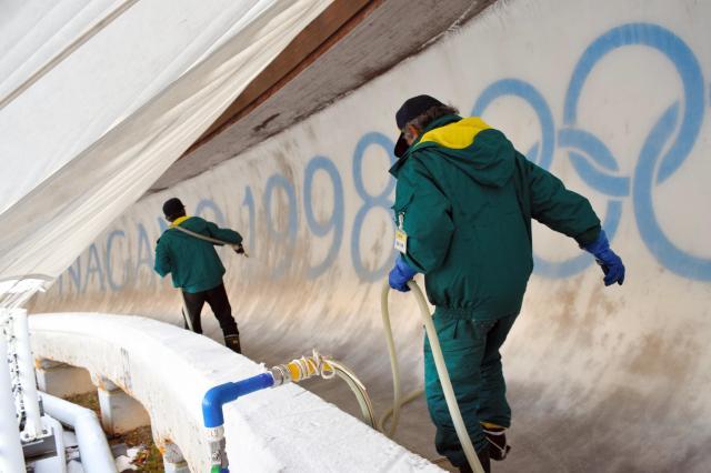 長野五輪ボブスレー・リュージュ施設「スパイラル」であった「最後」の製氷=2017年12月1日