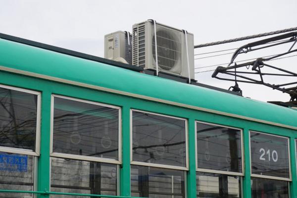 路面電車の上に載せられた室外機。車両は昭和27年に製造された200形