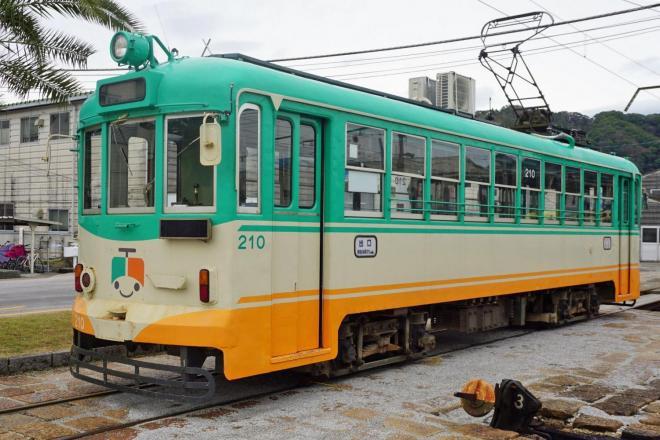 室外機が載っているのは昭和27年に製造された200形