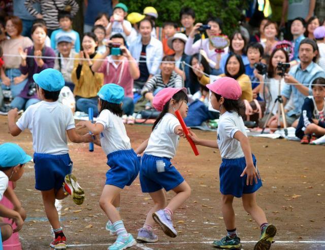 運動会のリレーで走る園児たち