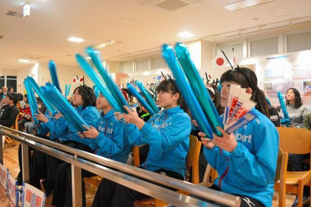 日本代表のLS北見を応援する地元の子どもたち=2018年2月24日、北海道北見市常呂町、森本未紀撮影