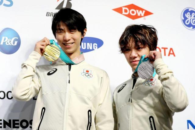 メダルを披露する羽生結弦(左)と宇野昌磨=2018年2月18日、韓国・平昌、遠藤啓生撮影
