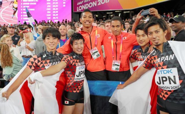 世界陸上男子400メートルリレー決勝で3位になり喜ぶ日本チーム。左から多田、桐生、サニブラウン、ケンブリッジ、飯塚、藤光=2017年8月12日、池田良撮影