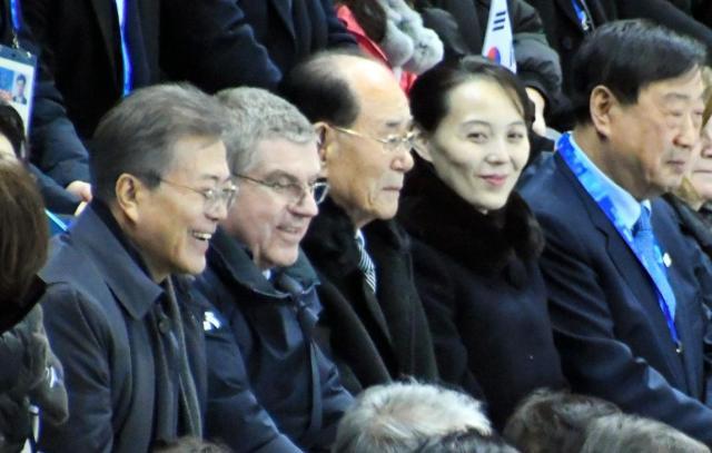 女子アイスホッケーの南北合同チームを応援する(右2人目から)北朝鮮の金与正氏、金永南最高人民会議常任委員長、IOCのバッハ会長、韓国の文在寅大統領=2018年2月10日、韓国・江陵、武田肇撮影