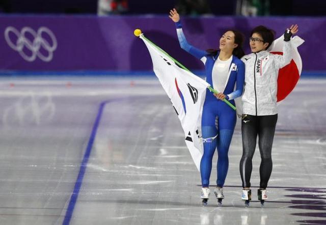 レース後、2人で観客に手を振る小平奈緒と李相花=ロイター
