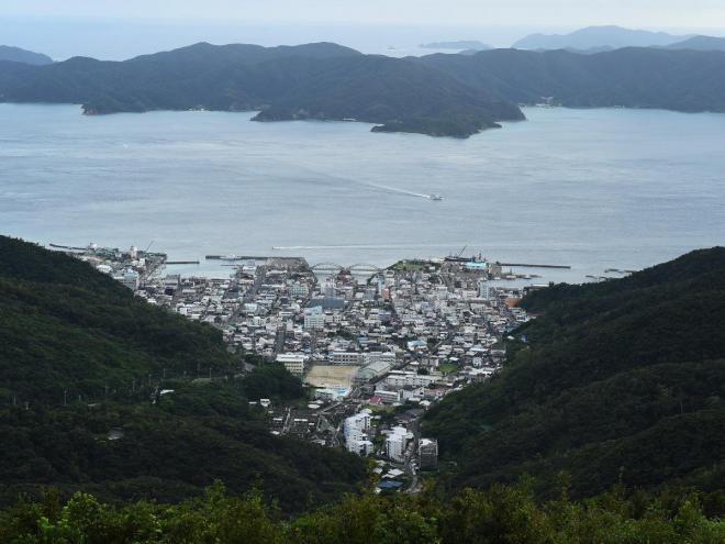 奄美群島の奄美大島の南部の町・古仁屋。海峡の向こうに加計呂麻島を望む