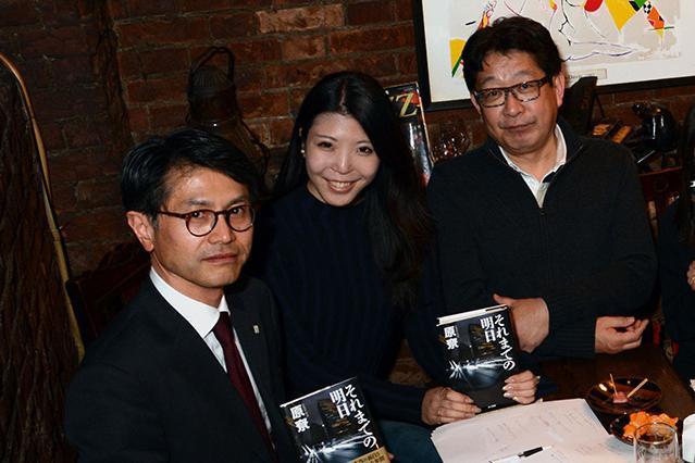 (左から)早川書房の千田宏之さん、正能茉優さん、HONZの成毛眞さん。原尞作品について語り尽くした