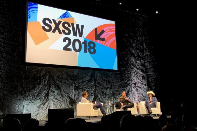 SXSWに登壇したイーロン・マスク氏(手前右から2人目)=2018年3月11日、米テキサス州オースティン