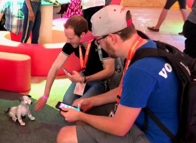 SXSWのSONYの施設でaiboと遊ぶ人たち=米テキサス州オースティン