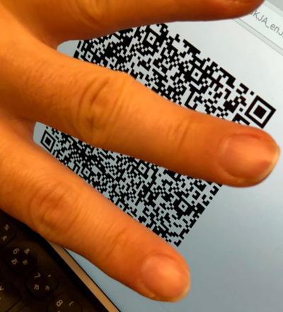 ドバイの登壇者たちが連絡先交換時にスマホの画面いっぱいに示したQRコードのイメージ写真(個人情報になるので、一部手で隠しています)。iPhoneのカメラで読み取ると、そのまま連絡帳にメールアドレスなどが書き入れられた
