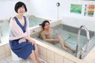銭湯で対談するヨッピーさん(右)と小野美由紀さん