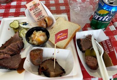 バーベキューイベントで食べた肉など。テキサス州の料理と言えば、バーベキューが人気だ=2018年3月9日、オースティン