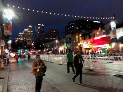SXSW開催期間中は歩行者天国となり、音楽と喧噪に包まれるオースティンの6thストリート
