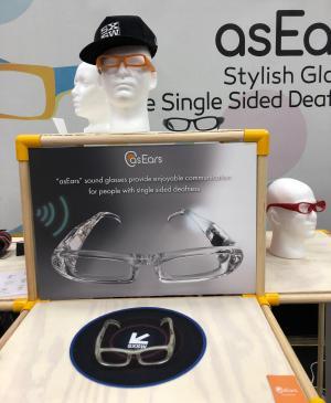 片耳だけ聞こえない人向けに骨伝導で聞こえない側の耳からも音が聞こえるようにする眼鏡型デバイス「asEars」の展示=米テキサス州オースティン