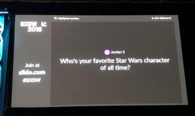 sli.doを通じて、映画「スター・ウォーズ 最後のジェダイ」のライアン・ジョンソン監督にお気に入りのキャラクターを聞く質問が。監督は隣に座るマーク・ハミル氏に配慮してか、「ルーク・スカイウォーカー」と即答=2018年3月12日、米テキサス州オースティン