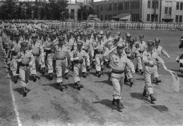 1954年、東京・越中島での陸上自衛隊創立祝賀式の観閲行進