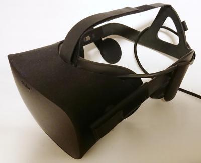 ヘッドセットのOculus Rift(オキュラス・リフト)。これをパソコンにつないで頭部に装着、アプリを立ち上げると、視野いっぱいに映像が表示されます