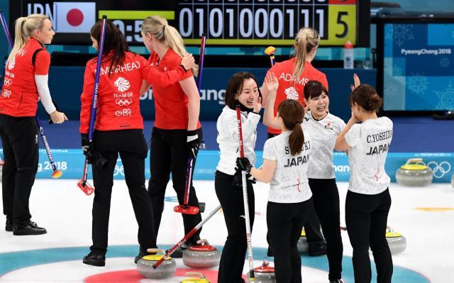 銅メダルを獲得し喜ぶLS北見のメンバーたち