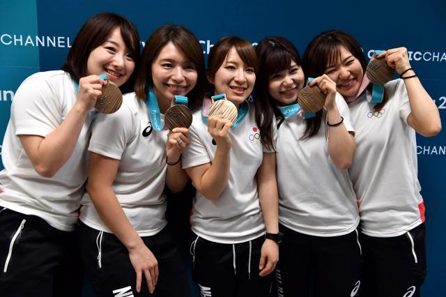 銅メダルを掲げる(左から)藤沢五月、本橋麻里、鈴木夕湖、吉田夕梨花、吉田知那美