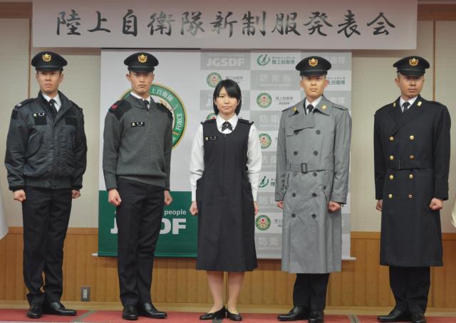 陸上自衛隊の新制服。左からジャンパー、セーター、妊婦服、雨衣、外とうを着用