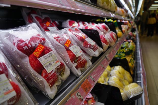 店に入るとすぐに福岡県産のイチゴ「あまおう」が並べられていた=香港、西山明宏撮影