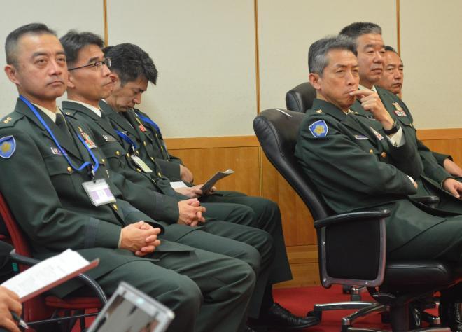 新制服を発表する部下たちを見守る陸上自衛隊の幹部ら=3月22日、東京・市谷の防衛省
