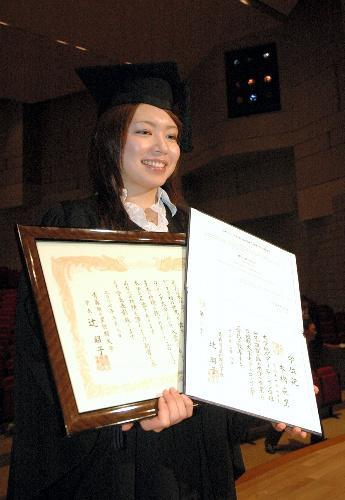 学長特別表彰の表彰状と学位記を持つ本橋麻里さん=2007年3月8日、青森市の青森明の星短期大学で