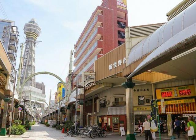 恵美須町駅から通天閣に通じるメイン通り。右手に「新世界市場」が見える