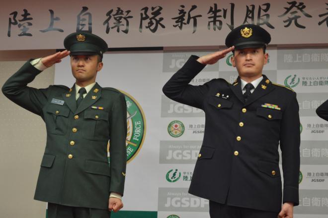 陸上自衛隊の3月末からの紫紺の新制服(右)と、