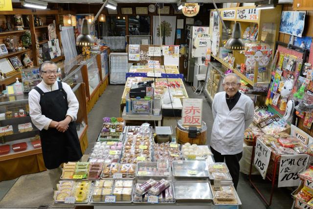 1914年創業の中山菓舗。中山六雄さん(右)は今も、息子の和彦さんと和菓子・洋菓子を作っている=2016年11月