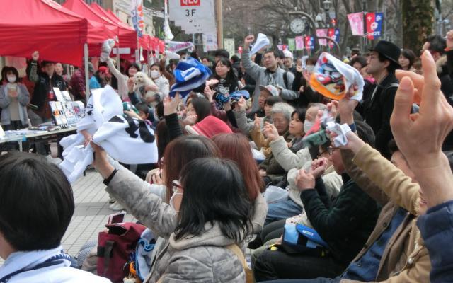 LAWBLOWのライブを聴きに来た人たちがタオルを振って応援する=2018年3月11日、東京都府中市