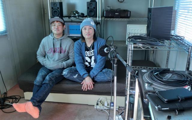 自宅のスタジオでインタビューに答えるLAWBLOWの菅原さんと里見さん=2018年2月25日、岩手県大船渡市