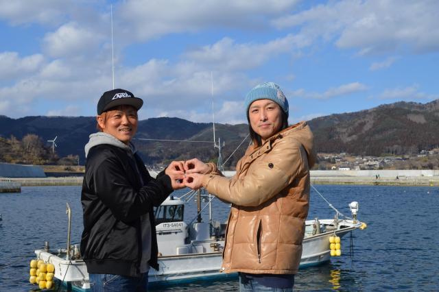里見さんのホタテ養殖棚がある越喜来湾を望んで、クローバーのポーズ=2018年2月25日、岩手県大船渡市