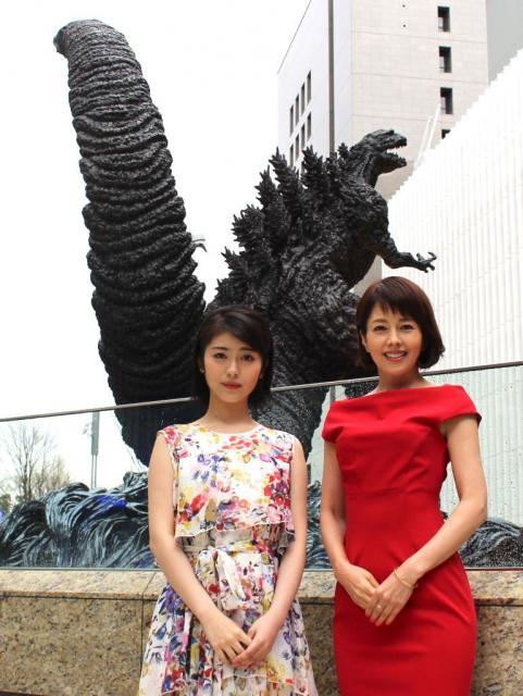 ゴジラ像を背に立つ沢口靖子さん(右)と浜辺美波さん(左)