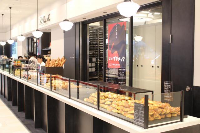 期間限定でゴジラパンも販売するベーカリーレストラン「ル・プチメック」
