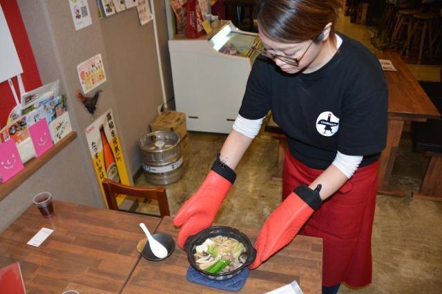 店員さんが鍋を持ってきてくれたシャモ鍋=森岡みづほ撮影