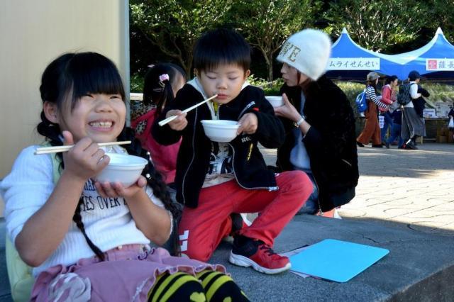 2017年11月にあった「龍馬まつり」で研究会が振る舞ったシャモ鍋を食べる子どもたち=森岡みづほ撮影