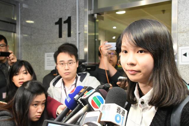 香港立法会補欠選挙に出馬するため、選挙管理委員会に立候補届を提出したアグネス・チョウさん=2018年1月18日
