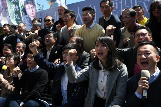 民主派の選挙集会で気勢をあげるアグネス・チョウさん(手前右から2人目)=2018年3月10日、香港、益満雄一郎撮影