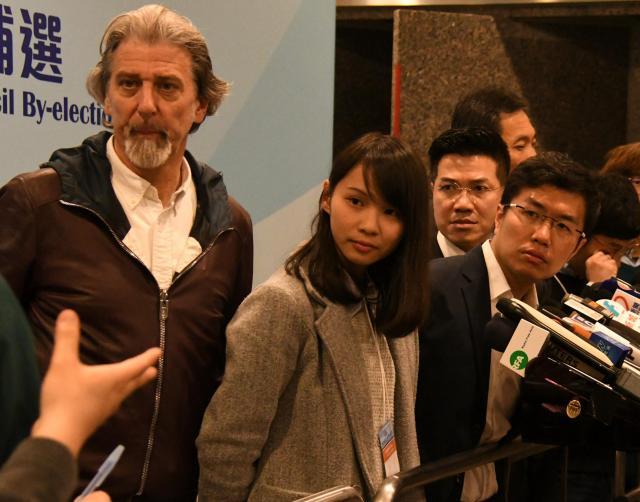 香港立法会補欠選挙で民主派の苦戦が伝えられるなか、暗い表情で記者会見に臨むアグネス・チョウさん(左から2人目)=2018年3月12日、香港、益満雄一郎