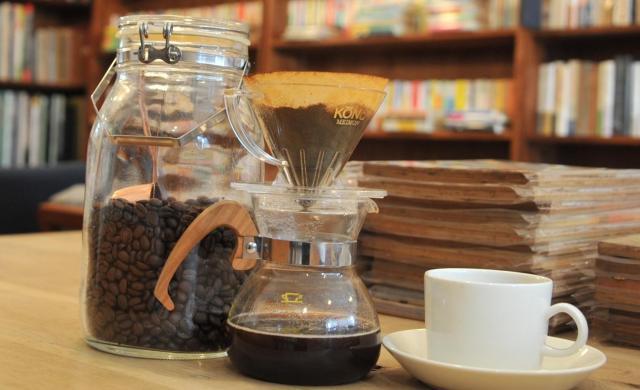 コーヒー好きな一色文庫の店主。1日に14杯くらい飲む。開店前にYouTube で音楽を聴きながら、まず一杯。たまにお客さんに振る舞う