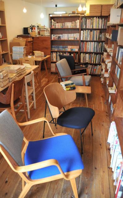 椅子がたくさん並ぶ一色文庫。座って、くつろいで本を選べる