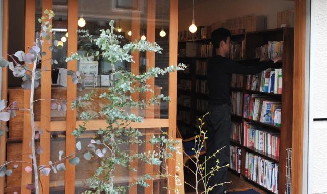 一色文庫の店主。大阪生まれ、鹿児島育ち。13年前に古書店「一色文庫」開業。告知用に始めたツイッターにはまり、今では1日2回のツイートを日課にしている。本の話題以外にも、スナックのチーママとの掛け合いなど話題は豊富。独特の世界にファンも