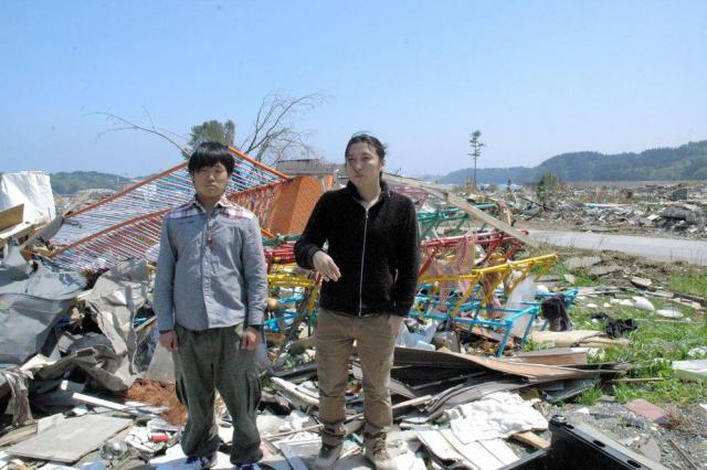 震災直後の2人。「子どものころに遊んだ公園もこうなりました」と話す菅原盾さん(右)と里見和哉さん=2011年5月31日、大船渡市末崎町
